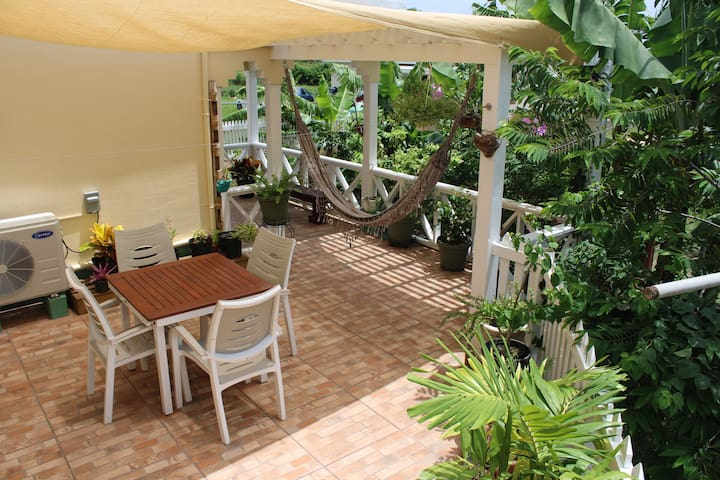 Tropical garden cottage w/patio and court yard