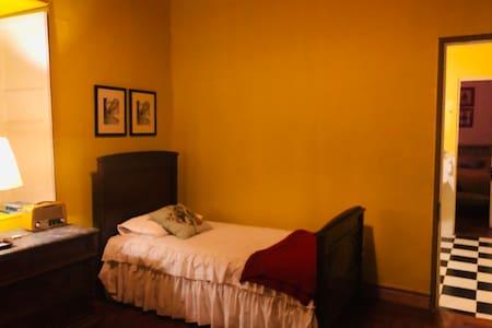Junior suite pieza doble acceso al baño y patio puerta anchas