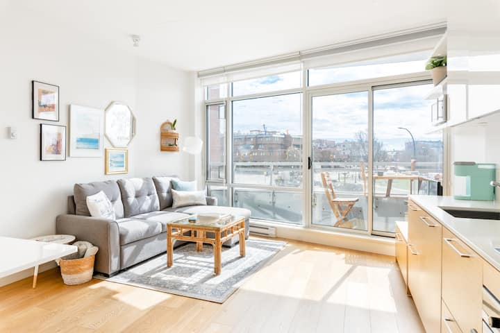 Harbour View: Modern DT Studio + Parking Included