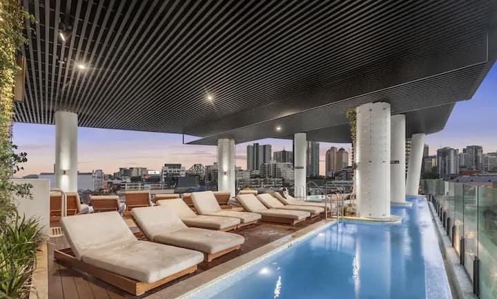 Million Dollar Views w/ King Bed, Pool, Gym, Park