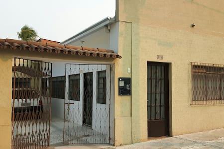 Observe que a porta da frente está no nível da rua e a porta lateral tem um desnível de 5 cm apenas. As portas têm mais que 80cm de largura.
