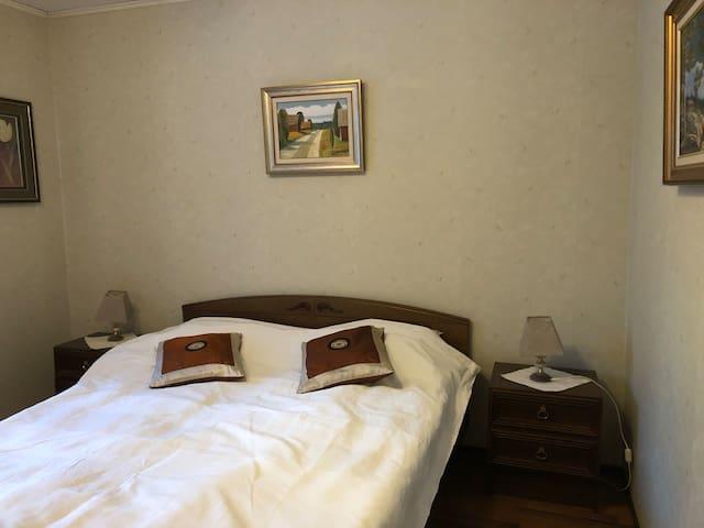 Makuuhuone 1, jossa parivuode. Douplebed in first bed room.