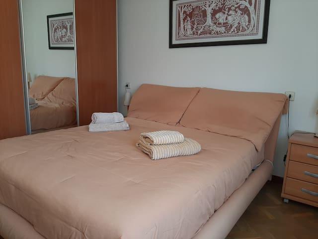 Dormitorio principal: cama de 150 x 190 cm  ***  Master bedroom: double bed