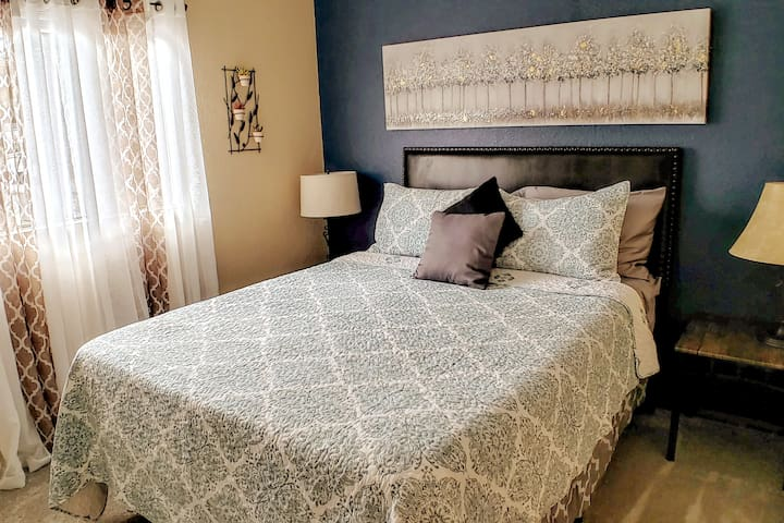 Bedroom with Queen Hybrid Memory Foam and Spring Bed
