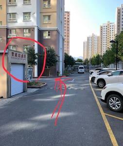 图片显示,出入没有任何障碍物,道路平坦。