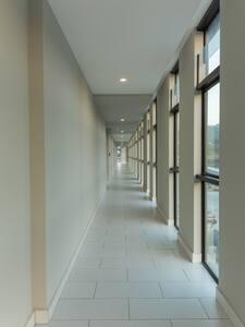 Este es el pasillo de ingreso al apartamento, no existen gradas.