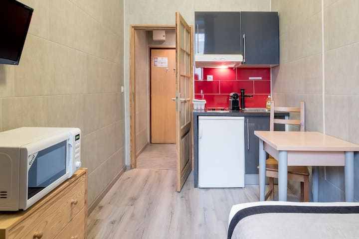 Small super equipped flat, very quiet