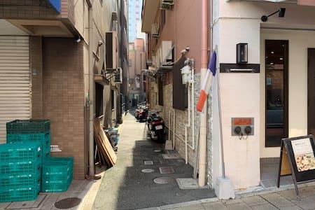 マンションビルの入り口に向かう道です