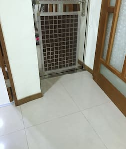 入屋內的門是平的,屋外有階梯