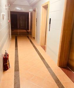 出了电梯走向房间大门的通道