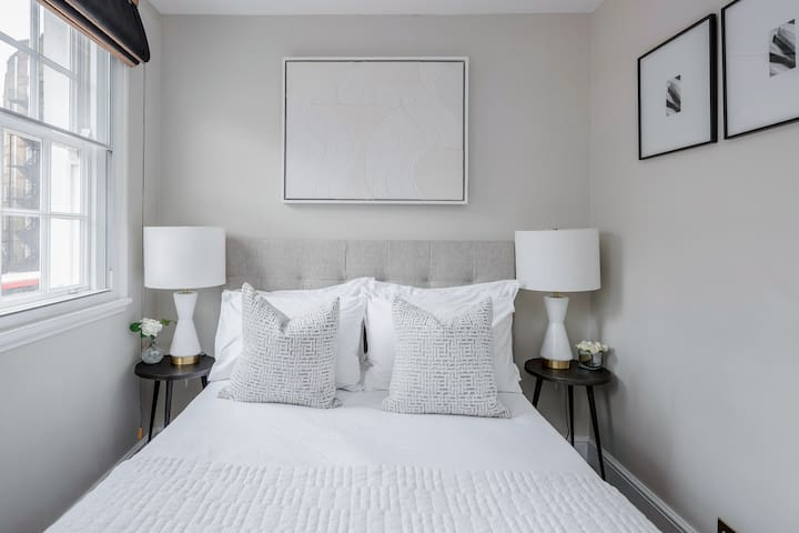 Second bedroom with King size bed and luxurious Egyptian cotton linens
