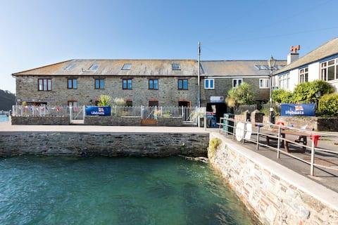 德文( Devon )萨尔康( Salcombe )市中心的码头别墅