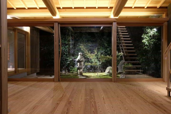 美しい苔庭と屋上テラス、全館冷暖房、歴史的まちなみ/東風の宿