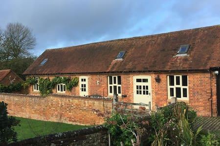 Beautiful Cottage overlooking 17th C Farm Yard
