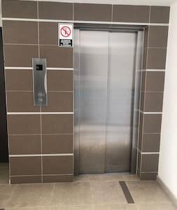 L'accès à l'entrée est bien éclairé