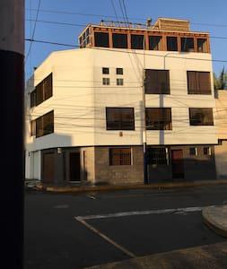Es el primer piso. Puerta a l derecha con reja de seguridad como todas las ventanas y tiene el alumbrado ahí mismo