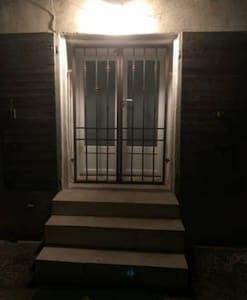 Entrée privative de la chambre d'hôte (Large mais trop d'escalier pour une chaise roulante)