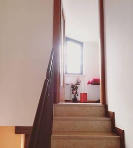 L'ingresso per la camera è ampio ma dà sulle scale, non idoneo per disabili come già specificato.