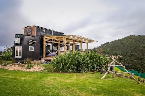 Le Cochon Noir - Camion de maison sur une colline avec vue