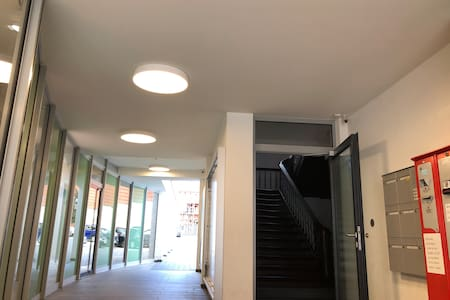 Hauseingang, die gesamte Passage verfügt über Beleuchtung via Bewegungssensor