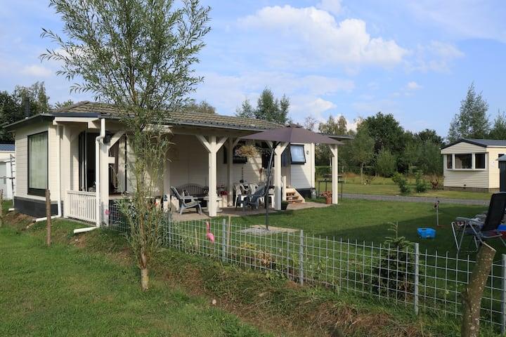 Ruim Chalet op ruim grasveld nabij Giethoorn