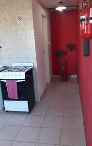 Acá se ve que solo hay un pasillo sin escaleras ni escalones hacia el acceso al baño y la habitación.