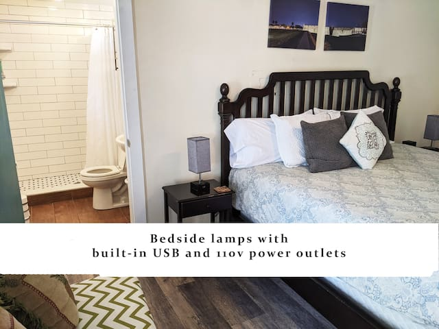 USB and 110v power outlets in the bedside lamps