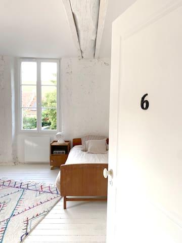 Chambre 6 - un lit double + un lit simple,  accès direct salle de bain et toit terrasse.