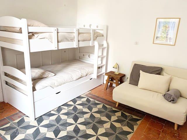 Chambre 3 (chambre enfants)- 3 lits simples, un canapé lit
