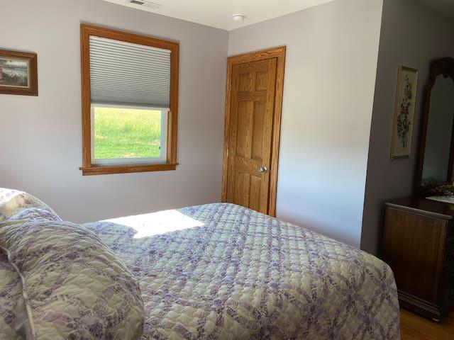 Bedroom4 - lilac room, queen bed