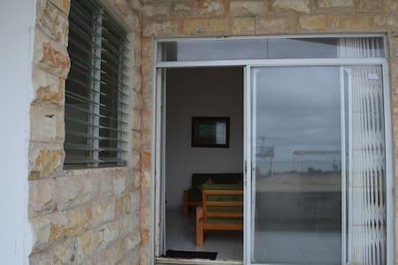 Esta es una foto del acceso principal a la casa donde existe la facilidad de acceso para personas con movilidad reducida.