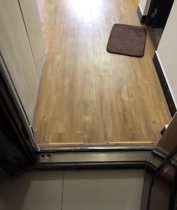 公寓入口有个小坎