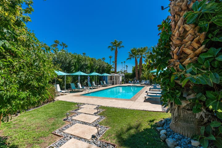 Beautiful Garden Views, Kitchen & Pool open!
