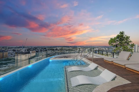 Iconic City Pad & Brisbane's Best Rooftop Pool!