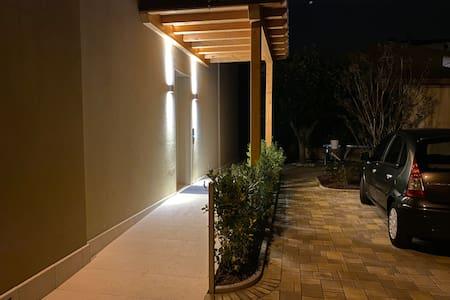 Parcheggio e rampa di accesso illuminata