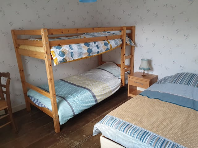 Chambre N°3 : petite chambre avec 3 couchage de 90.