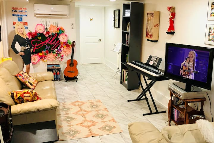 DOLLYbnb! Dolly Parton Basement Apt in DC Rowhouse