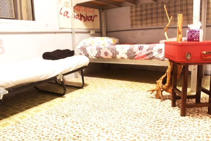 拉桑酒吧 沙發床 單人床位 背包客棧