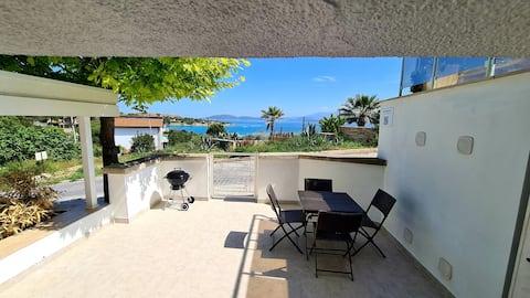 Studio med flott utsikt over havet