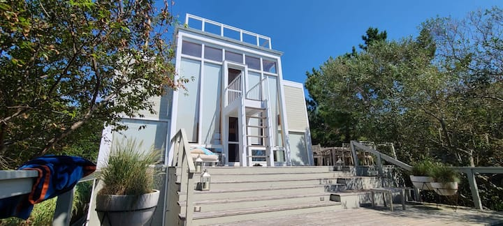 Studio in architectual prominent 1960's beachhouse