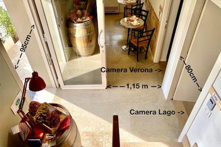 Dalla porta d'ingresso si accede direttamente alle camere
