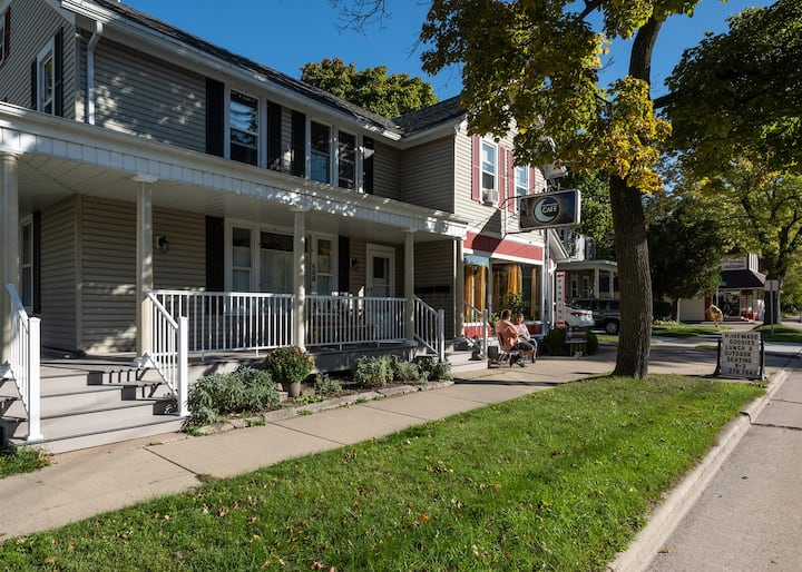 Clean, spacious, apartment in great neighborhood