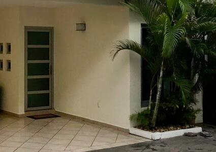 Puerta principal Casa Ximena  Altura 2.02 mts Ancho .86 cm