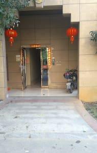 单元大门入口,与小区地面标高一致。