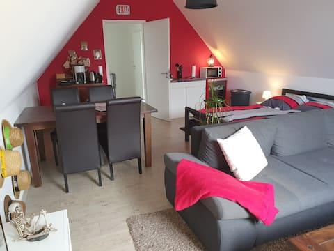 Zimmer (mit eigener Küche + Bad) im Dachgeschoss.