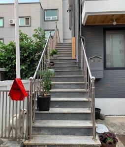 2층으로 올라가는 계단입니다