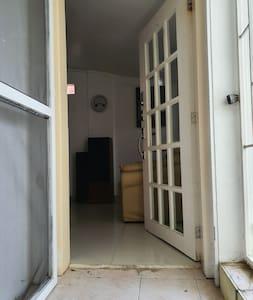 mide 90 cm de ancho la puerta principal