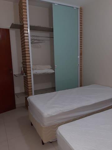 Segundo quarto com duas bi-camas.