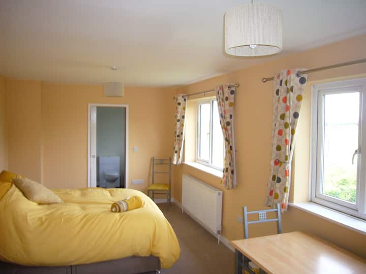 Double room with en-suite, parking. Wi-fi.