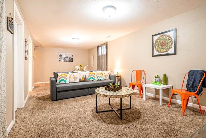 Spacious MIL Suite in Aurora/Meadowood Community!